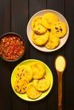 Κολομβιανό Arepa με τη σάλτσα Hogao Στοκ Φωτογραφία