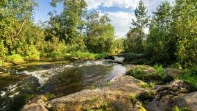 Κολπίσκος, καταρράκτης, νερό, ποταμός, βράχοι, απότομος βράχος, φύση, τοπίο, καλοκαίρι, φθινόπωρο, ημέρα, Μπους, δάσος, χλόη, κάλ Στοκ Φωτογραφία