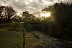 Κολπίσκος στο ηλιοβασίλεμα με μια μοναδική παλαιά γέφυρα στοκ εικόνα με δικαίωμα ελεύθερης χρήσης