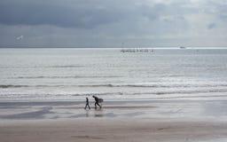Κολυμβητές έτοιμοι να κάνουν σερφ Torquay Devon Αγγλία Στοκ Φωτογραφίες