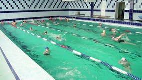 κολυμβητές Κολύμβηση στη λίμνη απόθεμα βίντεο