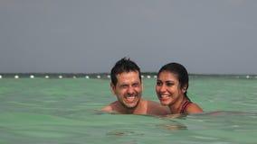 Κολυμβητές που έχουν τη διασκέδαση στον ωκεανό απόθεμα βίντεο