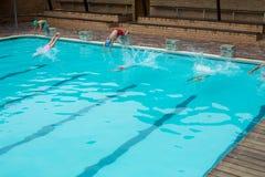 Κολυμβητές που βουτούν στη λίμνη Στοκ εικόνες με δικαίωμα ελεύθερης χρήσης