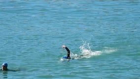 Κολυμβητές που κολυμπούν στο νερό φιλμ μικρού μήκους