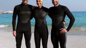 Κολυμβητές που παίρνουν έτοιμοι στην παραλία φιλμ μικρού μήκους