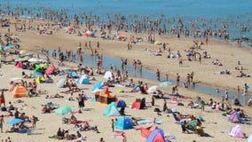 Κολυμβητές στην παραλία στην Ολλανδία απόθεμα βίντεο