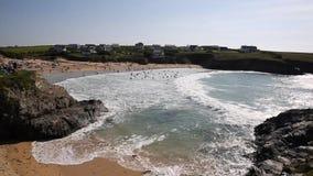 Κολυμβητές στη Cornish βόρεια ακτή της Κορνουάλλης Αγγλία UK κόλπων κυματωγών και Treyarnon κυμάτων μεταξύ Newquay και του καλοκα απόθεμα βίντεο
