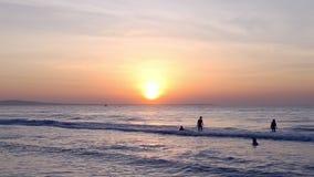 Κολυμβητές στο σούρουπο ανατολής θάλασσας απόθεμα βίντεο