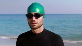 Κολυμβητής που παίρνει έτοιμος στην παραλία φιλμ μικρού μήκους