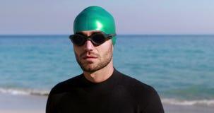 Κολυμβητής που παίρνει έτοιμος στην παραλία απόθεμα βίντεο