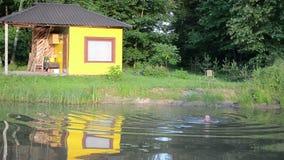 Κολυμπήστε το αγροτικό άτομο λιμνών απόθεμα βίντεο