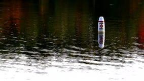 Κολυμπήστε το σημαντήρα περιοχής στο νερό απόθεμα βίντεο