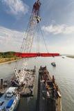 Κολυμπώντας γερανός στη δράση κατά τη διάρκεια του deconstruction γεφυρών Στοκ Φωτογραφία