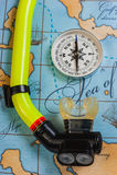 Κολυμπώντας εξαρτήματα και στοιχεία για το ταξίδι ελεύθερου χρόνου στο υπόβαθρο Στοκ Φωτογραφίες