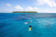 Κολυμπώντας με αναπνευτήρα τροπικό νησί Στοκ φωτογραφία με δικαίωμα ελεύθερης χρήσης