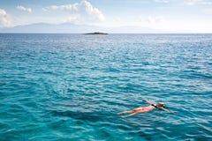 Κολυμπώντας μπλε λιμνοθάλασσα Η κλίση ατόμων στα ωκεάνια κύματα Η γυναίκα στο Αιγαίο πέλαγος Κολύμβηση σε ένα όνειρο Στοκ Φωτογραφίες