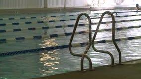 Κολυμπώντας περιτυλίξεις στη λίμνη σε YMCA (2 3) απόθεμα βίντεο