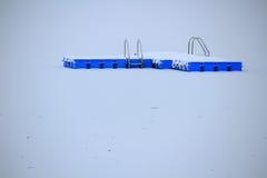 Κολυμπώντας πλατφόρμα στη χιονισμένη λίμνη Στοκ φωτογραφία με δικαίωμα ελεύθερης χρήσης