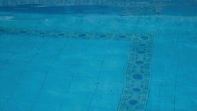 κολυμπώντας ύδωρ ομπρελών λιμνών απόθεμα βίντεο