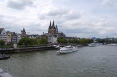 Κολωνία Απόψεις της προκυμαίας και του καθεδρικού ναού της Κολωνίας από τη γέφυρα πέρα από το Ρήνο Στοκ Φωτογραφία