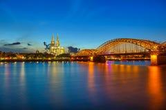 Κολωνία τη νύχτα στοκ εικόνα με δικαίωμα ελεύθερης χρήσης