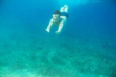 κολύμβηση ατόμων υποβρύχι&al Στοκ εικόνες με δικαίωμα ελεύθερης χρήσης