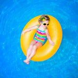 κολύμβηση λιμνών κοριτσα&ka Στοκ Φωτογραφία