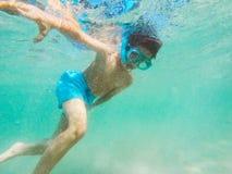 Κολύμβηση με αναπνευστήρα αγοριών Στοκ Φωτογραφία
