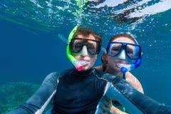 Κολύμβηση με αναπνευστήρα ζεύγους Στοκ εικόνα με δικαίωμα ελεύθερης χρήσης