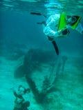 Κολύμβηση με αναπνευστήρα στη λιμνοθάλασσα κοραλλιογενών νήσων ναυαγών της Disney Στοκ φωτογραφία με δικαίωμα ελεύθερης χρήσης