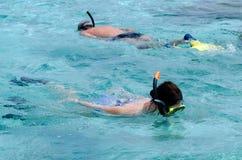 Κολύμβηση με αναπνευστήρα στις νήσους Κουκ λιμνοθαλασσών Aitutaki Στοκ φωτογραφία με δικαίωμα ελεύθερης χρήσης