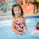 Κολύμβηση νέων κοριτσιών Στοκ Εικόνες