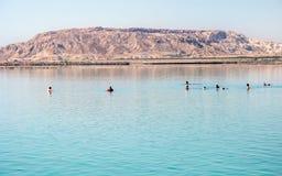 Κολύμβηση στη νεκρή θάλασσα κοντά στο βουνό Sodom Στοκ Φωτογραφία
