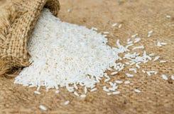 Κολλώδες ρύζι στο καφετί υπόβαθρο σάκων σάκων Στοκ φωτογραφίες με δικαίωμα ελεύθερης χρήσης