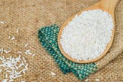 Κολλώδες ρύζι στο ξύλινο κουτάλι Στοκ Εικόνες