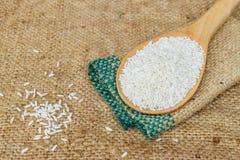 Κολλώδες ρύζι στο ξύλινο κουτάλι Στοκ εικόνα με δικαίωμα ελεύθερης χρήσης