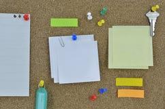 Κολλώδες σημειώσεις, καρφίτσα, κλειδί και όνομα ετικεττών στον πίνακα φελλού Στοκ Φωτογραφία