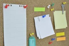 Κολλώδες σημειώσεις, καρφίτσα, κλειδί και όνομα ετικεττών στον πίνακα φελλού Στοκ Εικόνα
