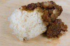 Κολλώδες χοιρινό κρέας στο ξύλο στοκ εικόνες