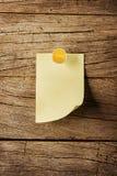 Κολλώδης σημείωση με την καρφίτσα πέρα από το ξύλινο υπόβαθρο Στοκ Εικόνα
