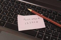 Κολλώδης σημείωση με τον κωδικό πρόσβασης και το μολύβι στοκ εικόνα με δικαίωμα ελεύθερης χρήσης
