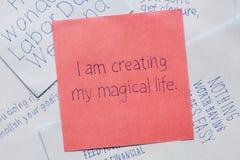 Κολλώδης σημείωση με το κείμενο δημιουργώ τη μαγική ζωή μου Στοκ Εικόνες