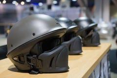 Κράνη μοτοσικλετών στην επίδειξη Στοκ Φωτογραφίες