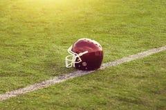 Κράνος αμερικανικού ποδοσφαίρου στον τομέα Στοκ φωτογραφία με δικαίωμα ελεύθερης χρήσης