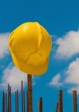 Κράνος κατασκευής στις ράβδους χάλυβα Στοκ Εικόνες