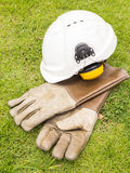Κράνος καλυμμάτων αυτιών ασφάλειας και κρυογόνα γάντια δέρματος για το industr Στοκ Φωτογραφίες