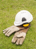 Κράνος καλυμμάτων αυτιών ασφάλειας και κρυογόνα γάντια δέρματος για το industr Στοκ εικόνες με δικαίωμα ελεύθερης χρήσης