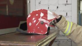 Κράνος πυροσβέστη στον πίνακα απόθεμα βίντεο