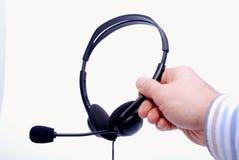 κράτημα ακουστικών χεριών Στοκ φωτογραφίες με δικαίωμα ελεύθερης χρήσης