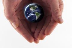 κράτημα γήινων χεριών στοκ εικόνα με δικαίωμα ελεύθερης χρήσης
